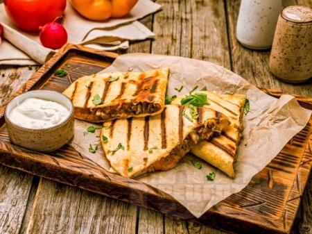 Кесадия с кайма, чушки, доматено пюре и чедър - снимка на рецептата